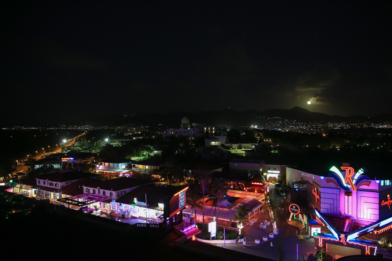 sintmaarten-maho-by-night