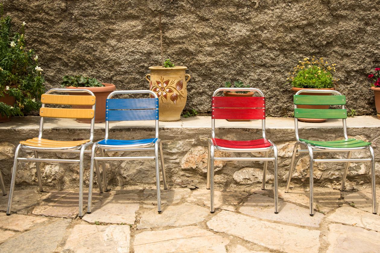 rhodos-kleurrijke-stoeltjes