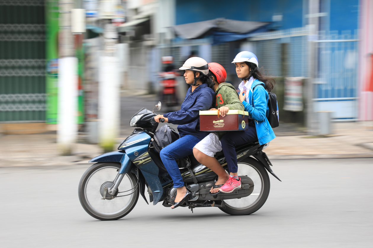 vietnam-3-dames-op-scooter