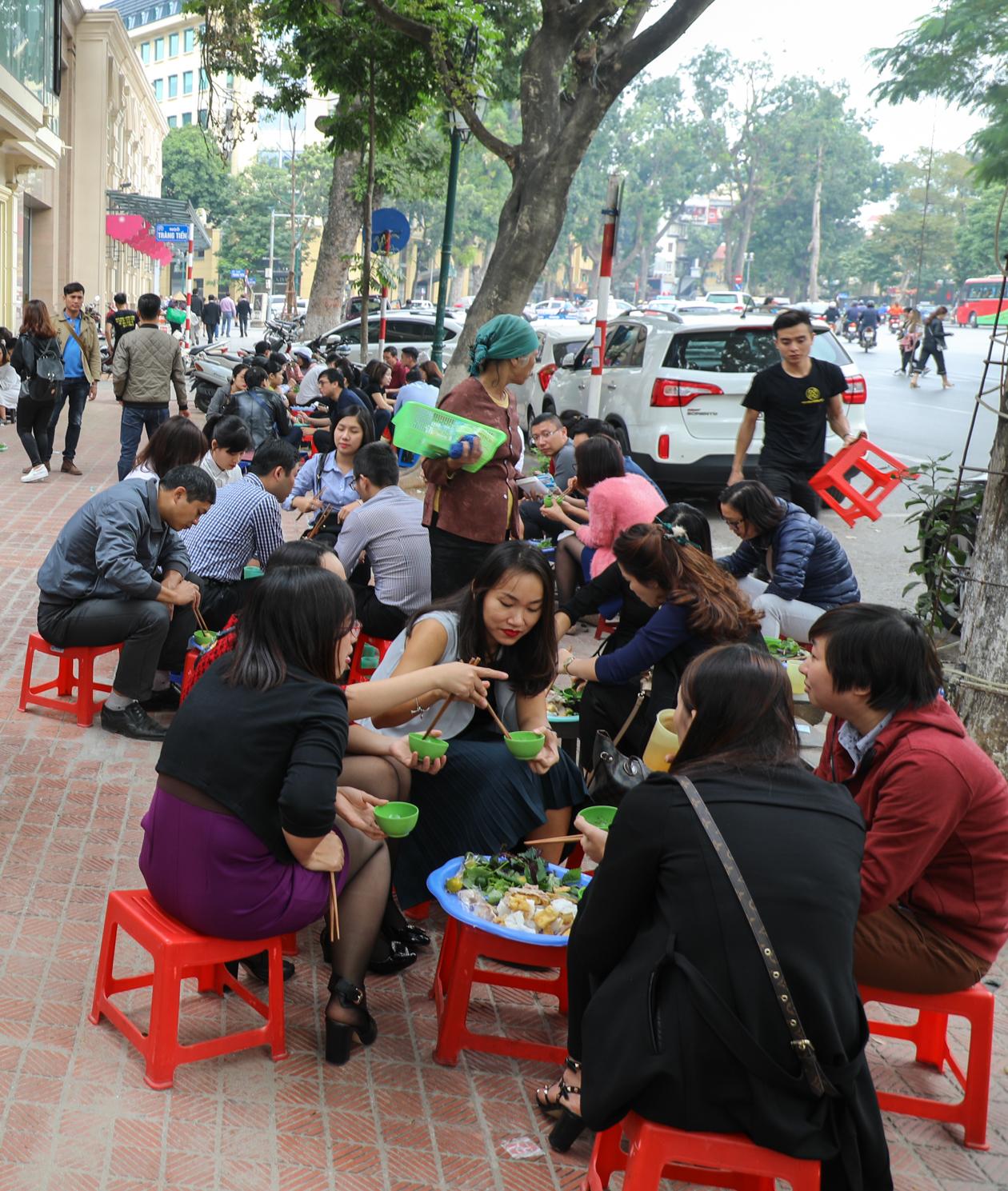 vietnam-hanoi-eten-op-straat