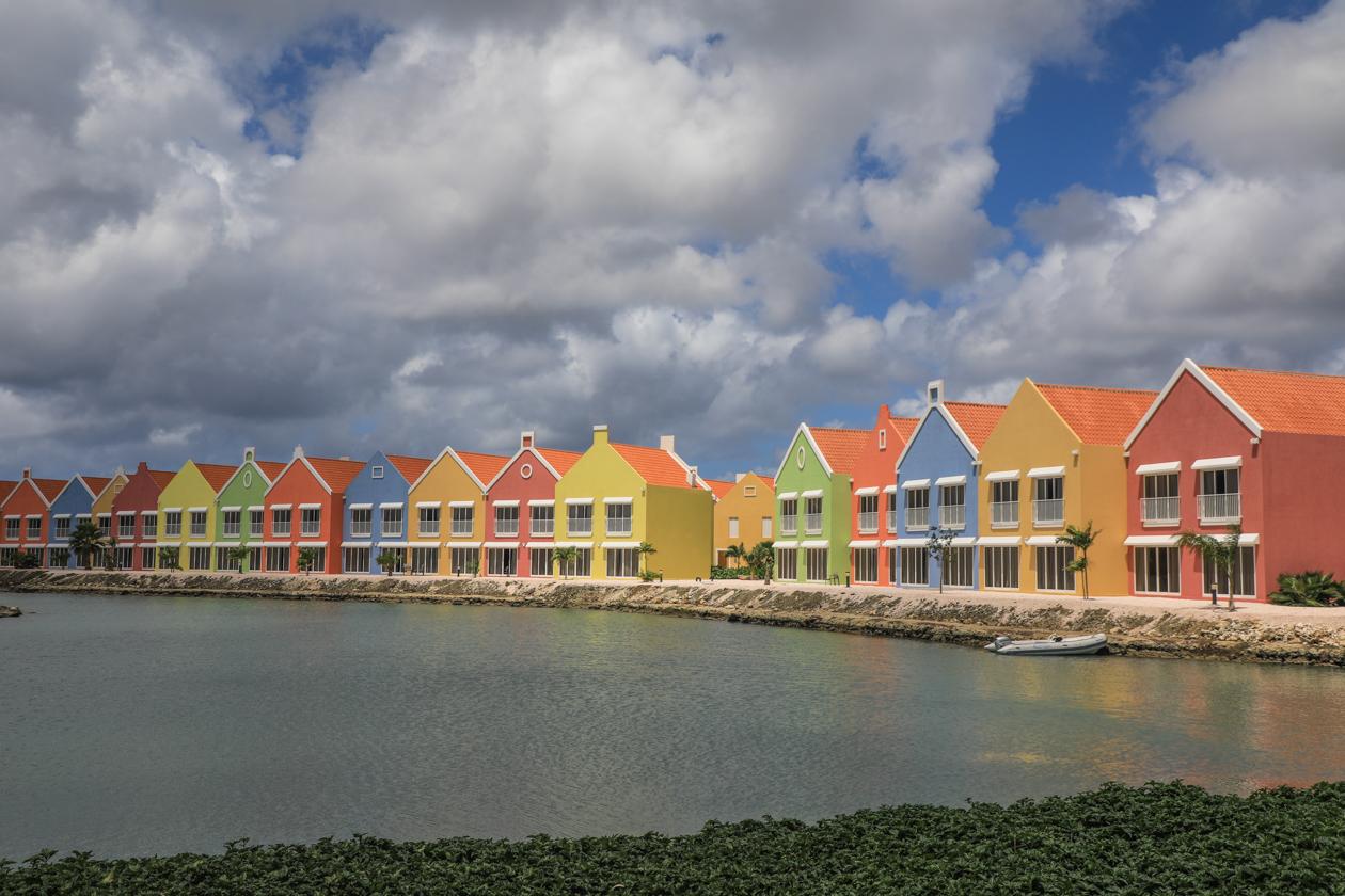 bonaire-kleurrijk-hotel