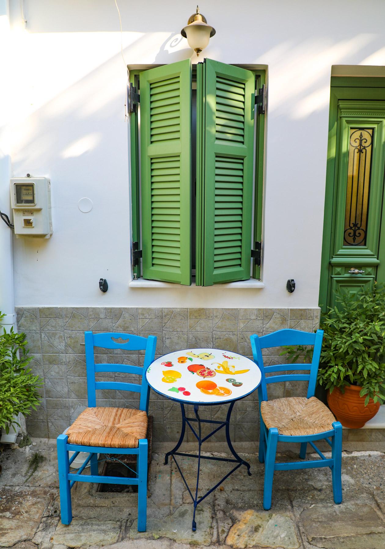 samos-vourliotes-tafel-stoeltjes